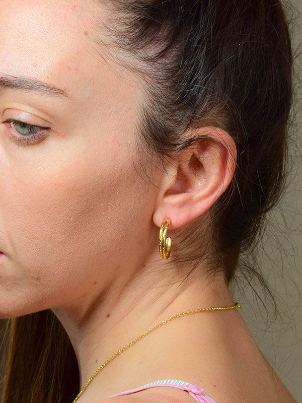 Σκουλαρίκια με ανάγλυφα σχέδια