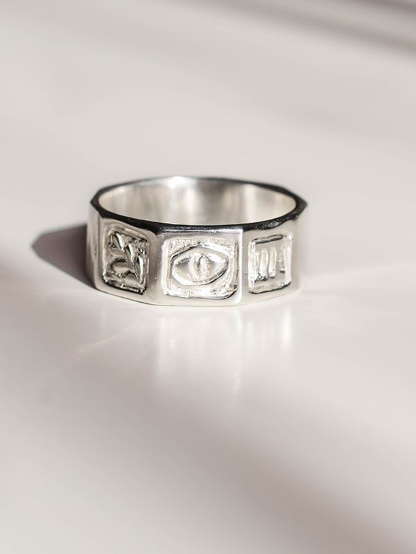 Unisex band ring with an eye