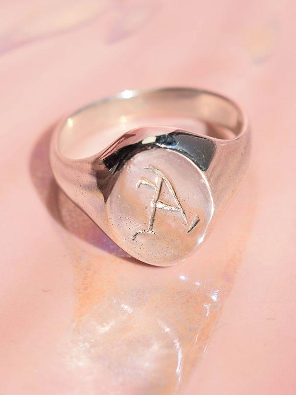 Οβάλ σινιέ δαχτυλίδι με αρχικό